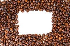 Космос экземпляра взгляд сверху кофейных зерен, земля белизны задняя стоковое изображение