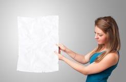 Космос экземпляра белой бумаги маленькой девочки скомканный удерживанием Стоковая Фотография RF
