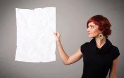 Космос экземпляра белой бумаги маленькой девочки скомканный удерживанием Стоковые Изображения