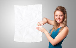 Космос экземпляра белой бумаги маленькой девочки скомканный удерживанием Стоковые Фотографии RF