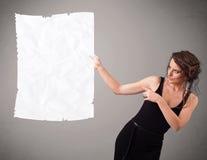 Космос экземпляра белой бумаги маленькой девочки скомканный удерживанием Стоковое Изображение RF
