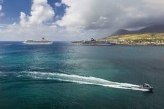 Коста Magica туристических суден и круизы знаменитости состыковали в порте Бастера стоковое изображение