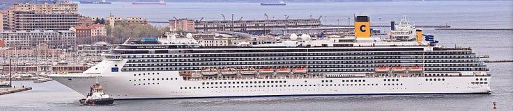Коста Mediterranea выходит гавань Триеста на зоре, большая панорама Стоковые Изображения RF