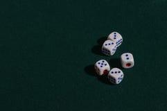 5 костей для игры на зеленой ткани Стоковое фото RF