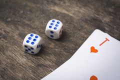 2 кости игры нумерует двойное 6 и туз из сердец Стоковые Изображения RF