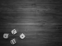 4 кости на деревянном столе осмотренном от верхнее черно-белого Стоковое Изображение RF