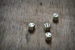 4 кости на деревянном столе Абстракция дела Стоковые Фото