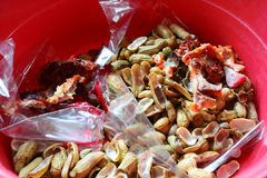 Косточка цыпленка, раковина фасоли и полиэтиленовый пакет в ящике Стоковая Фотография