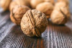Косточки раковины и грецкого ореха на коричневом деревянном столе Стоковое фото RF