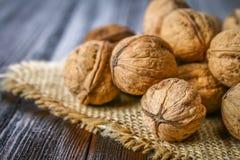 Косточки раковины и грецкого ореха на коричневом деревянном столе Стоковое Изображение