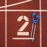 Костыль медицины для сломанной ноги номер два Большое белое номер два следа Стоковое фото RF
