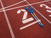 Костыль медицины для сломанной ноги номер два Большое белое номер два следа Стоковые Фотографии RF