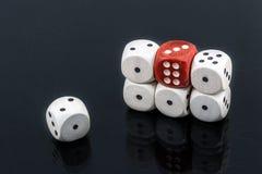 Кость 6 блоков и красного 6 на черной предпосылке Стоковая Фотография