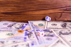 Кость в полете над 100 долларовыми банкнотами Азартная игра conc Стоковая Фотография RF