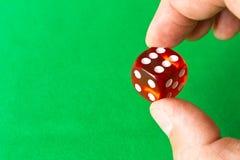 Кость в человеческой руке абстрактная иллюстрация игры принципиальной схемы 3d Случайные игры Стоковое фото RF