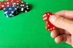 Кость в человеческой руке абстрактная иллюстрация игры принципиальной схемы 3d Случайные игры Стоковая Фотография RF