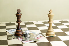 Кость, деньги и короля шахмат Стоковые Фото