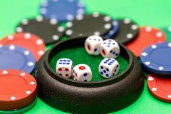 Кость и казино откалывают на зеленой таблице baize Стоковое Изображение RF