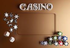 Кость и обломоки предпосылки казино Онлайн концепция таблицы казино с местом для текста Взгляд сверху белых кости и обломоков дал Стоковая Фотография RF