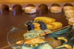 2 кость и обломока на таблице нард Стоковые Фотографии RF