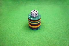 Кость и обломоки покера стоковое изображение