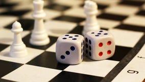 Кость и шахмат, игра ` s детей Стоковая Фотография