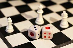 Кость и шахмат, игра ` s детей Стоковое Фото