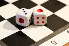 Кость и шахмат, игра ` s детей Стоковое Изображение RF