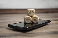 Кость кубов с обучением по Интернету Onlinelearning стоковое фото