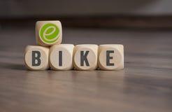 Кость кубов с e-велосипедом стоковое фото rf
