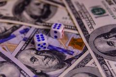 Кость на 100 долларовых банкнотах показывать игрока сердец 9 руки азартной игры принципиальной схемы Стоковые Изображения RF
