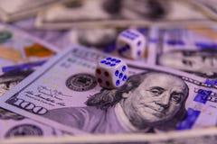 Кость на 100 долларовых банкнотах показывать игрока сердец 9 руки азартной игры принципиальной схемы Стоковое фото RF