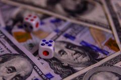 Кость на 100 долларовых банкнотах показывать игрока сердец 9 руки азартной игры принципиальной схемы Стоковая Фотография RF