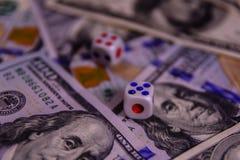 Кость на 100 долларовых банкнотах показывать игрока сердец 9 руки азартной игры принципиальной схемы Стоковое Изображение RF