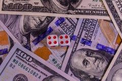 Кость на 100 долларовых банкнотах показывать игрока сердец 9 руки азартной игры принципиальной схемы Стоковые Изображения