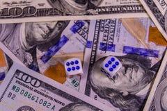 Кость на 100 долларовых банкнотах показывать игрока сердец 9 руки азартной игры принципиальной схемы Стоковое Изображение