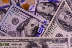 Кость на 100 долларовых банкнотах показывать игрока сердец 9 руки азартной игры принципиальной схемы Стоковые Фотографии RF