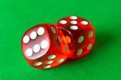 Кость на зеленой предпосылке абстрактная иллюстрация игры принципиальной схемы 3d Случайные игры Стоковое фото RF