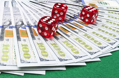 Кость покера свертывает на долларовые банкноты, деньги Таблица покера на казино Концепция игры в покер Играть игру с костью Кость Стоковая Фотография