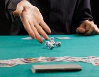Кость человека бросая на играя в азартные игры таблице стоковые фотографии rf