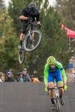 Костюмированный гонщик велосипеда - большой воздух на bike дороги Стоковая Фотография RF