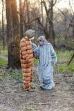 Костюмы животных пар нося страшные в лесе Стоковое Фото