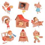 Костюмы картона детей Дети играя в активных играх с коробкой бумаги делая характеры вектора автомобиля и самолета дома иллюстрация вектора