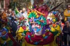 Костюмы цветов в параде масленицы стоковые изображения