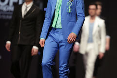 Костюм взлётно-посадочная дорожка модного парада красивый голубой Стоковая Фотография RF