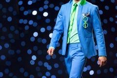 Костюм взлётно-посадочная дорожка модного парада красивый голубой Стоковые Фото