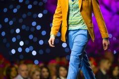 Костюм взлётно-посадочная дорожка модного парада красивый красочный Стоковые Фотографии RF