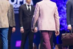 Костюм взлётно-посадочная дорожка модного парада красивый розовый Стоковые Фотографии RF