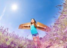 Костюм девушки нося пилотный играя outdoors Стоковые Фотографии RF