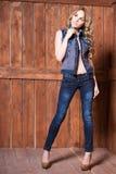 Костюм джинсов женщины нося стоковое фото rf